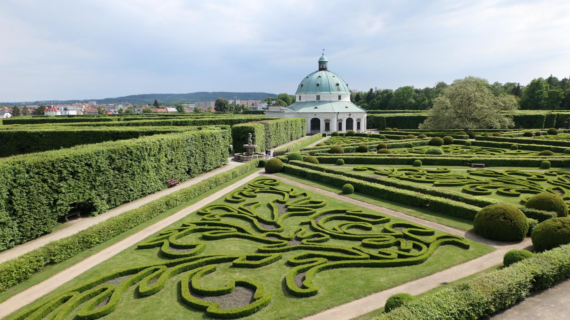 世界遺産「クロムニェジーシュの庭園と城」~迷宮のような花の庭園