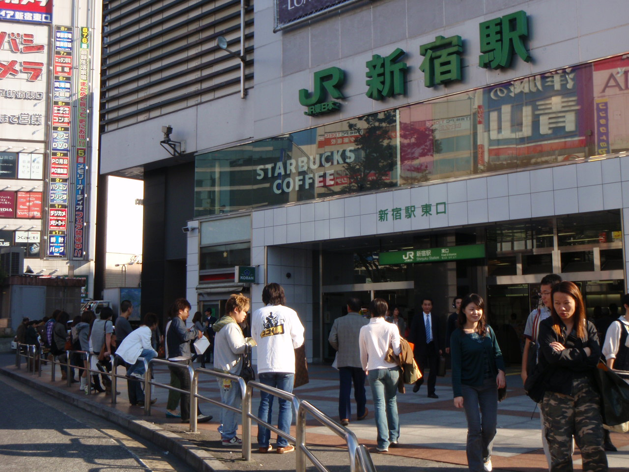 東口 新宿 交番 駅