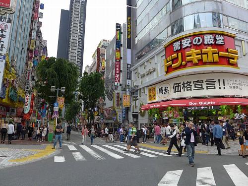 歌舞伎町入口のドンキホーテ|東京待ち合わせ場所ナビ